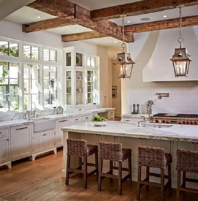 Очень светлая кухня дополнена прекрасными плетеными и деревянными элементами, которые сделали настроение.
