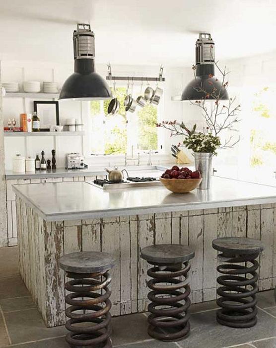 Креативные стулья и люстры создадут яркий и необыкновенный интерьер на любой кухне.