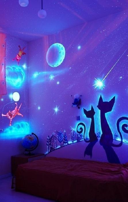 Детская фантазия отображена на стенах комнаты в виде сказочных животных.