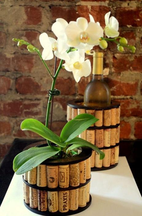 Красивые горшки для комнатных цветов облагорожены пробками из под вина.