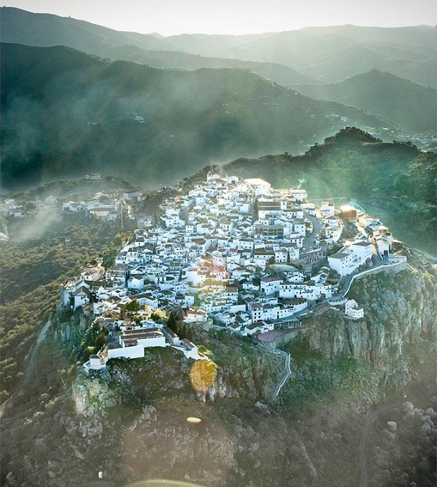 Комарес - город в Испании, который расположился на скалистой местности.