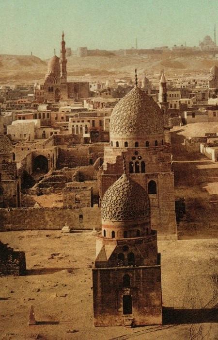 Египет - государство, которое расположено в Северной Африке и на Синайском полуострове Азии и являющееся поэтому страной двух материков. В Европу название страны Египет пришло из древнегреческого языка, где являлось передачей египетского названия Мемфиса.