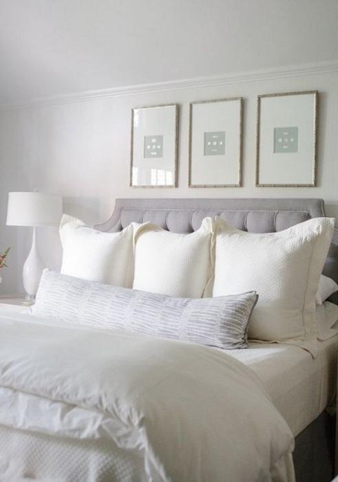 Минимальный интерьер в светлых тонах сделал эту спальню отличным местом для отдыха.