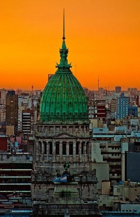 Основатель города Буэнос-Айрес - Педро де Мендоса назвал его Порт Владычицы нашей Святой Марии добрых ветров в честь Святой Марии — покровительницы моряков из гильдии купцов Триана, в которой он был членом.