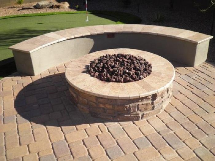 Отличный вариант создания места для костра в центре двора, что создаст по-своему уютную атмосферу.