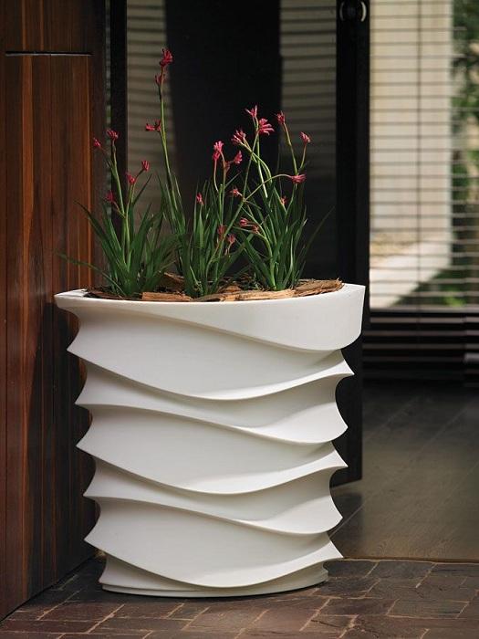 Отличный вариант добавить общей обстановке в саду либо же в доме определенного колорита при помощи декорирования пространства интересными кашпо.