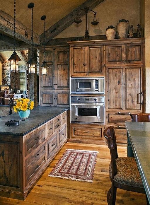 Особенная атмосфера на кухне, которая выполнена полностью из дерева, смотрится очень красиво.