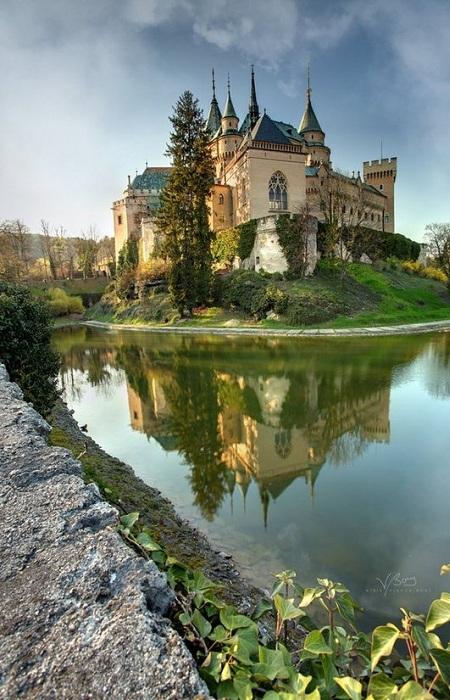 Бойнице - старейший город Словакии, который известен во всем мире как крупный бальнеологический курорт с XVI века. Главной достопримечательностью города является замок, первое упоминание в летописях относится к 1113 году.