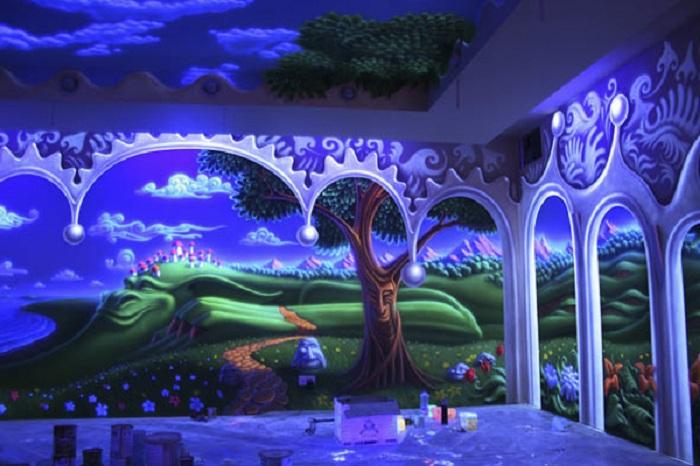Яркая зеленая поляна украсила стену комнаты своими прелестными видами.