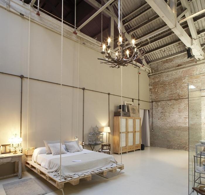 Необычное оформление спальни при помощи перепланировки старого помещения подарило комнате новую жизнь в современном стиле.