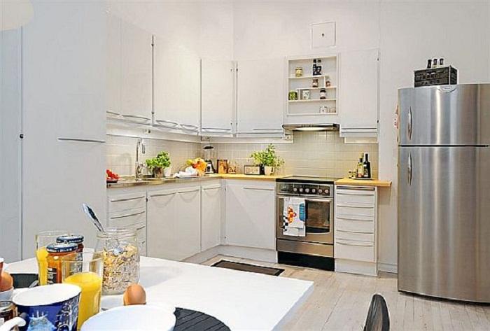 Хороший и весьма приличный вариант декорировать кухню в симпатичных и легких светлых тонах, что вдохновит.