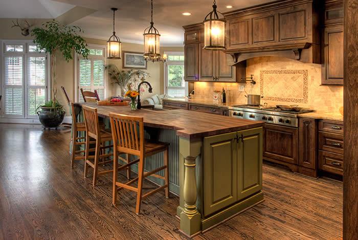 Интерьер в дереве станет прекрасным вариантом украшения любой кухни.