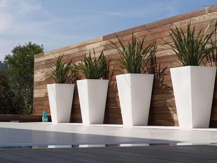 Достопримечательностью и особенностью любого двора могут стать самые разнообразные кашпо выполненные, например, в белом цвете что освежит.