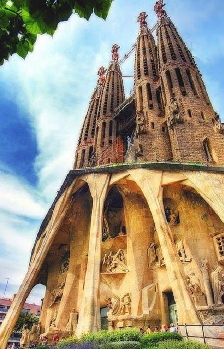 Храм Святого Семейства (полное название: Искупительный храм Святого Семейства) - церковь в Барселоне, в районе Эшампле, строящаяся на частные пожертвования начиная с 1882 г., знаменитый проект Антонио Гауди. Один из самых известных долгостроев мира.