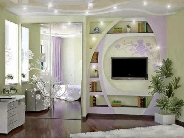 Преобразить комнату возможно при помощи телевизора и интересному декору стен.
