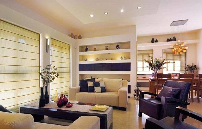 Сочетание фиолетового и белого цвета выделяют зрительно пространство гостиной с прилегающей обеденной зоной.