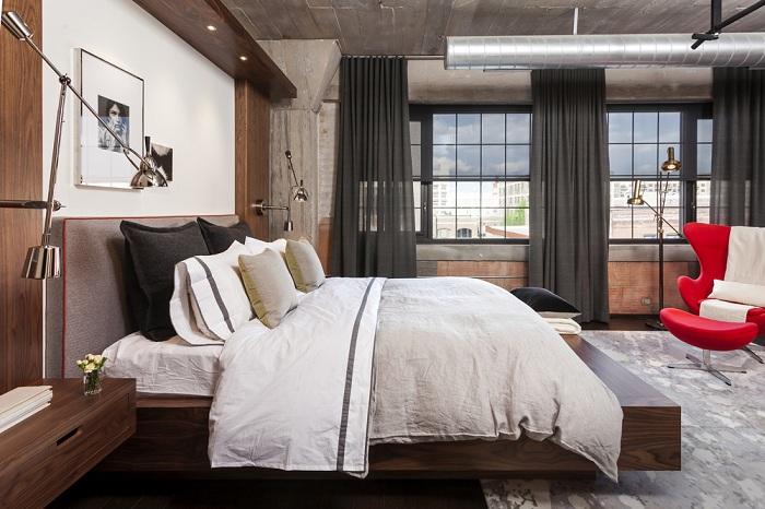 Интересный интерьер спальни в промышленном стиле, сочетание классики с деревом.