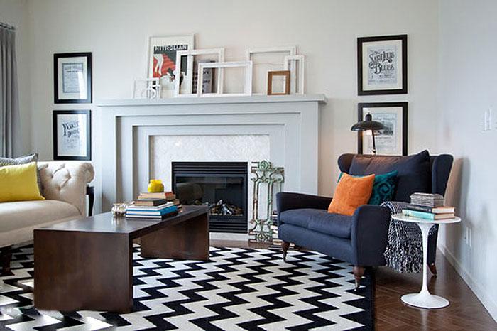 Гостиная в классических тонах декорирована рамками, которые добавляют шарма комнате.