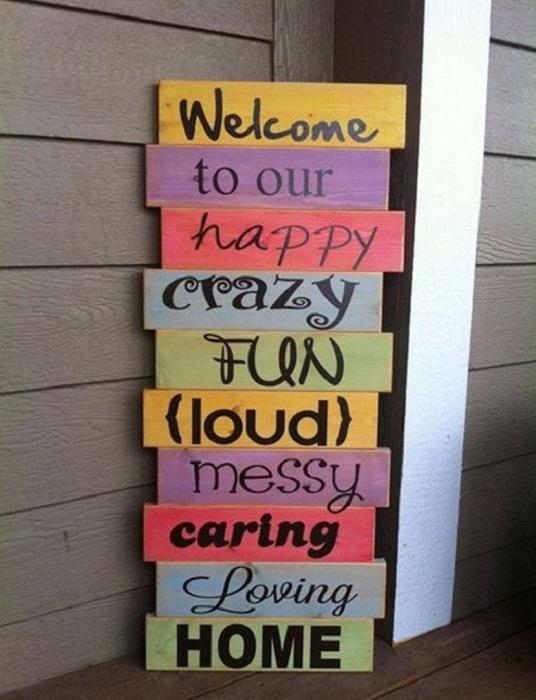 Создать отличное настроение возможно благодаря ярким табличкам с приветствиями, что украсят любую дверь.