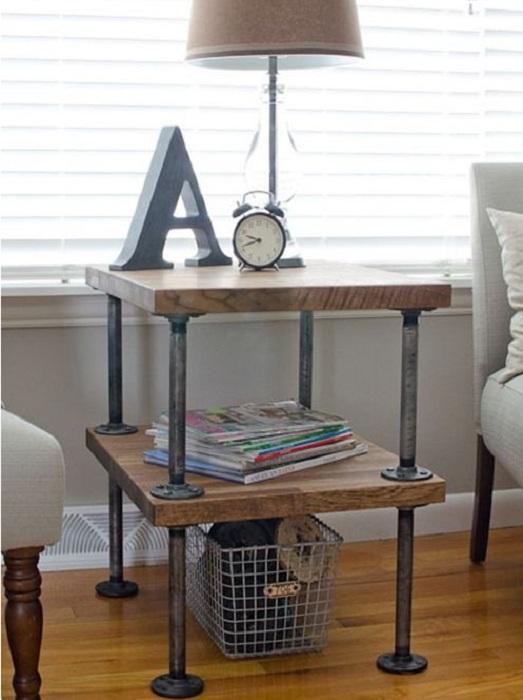 Интересный и нестандартный дизайн тумбы с ножками из труб по-своему украсит интерьер комнаты.