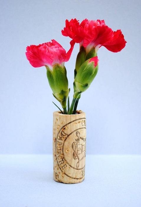 Симпатичный мини-кашпо с просто невероятным ярким цветком, который стал украшением для такого мини-горшка.