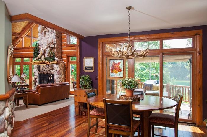 Хороший вариант оформить столовую в дереве с симпатичной люстрой.