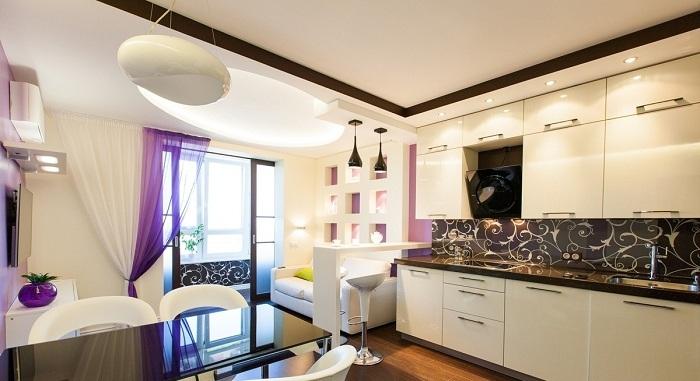 Хороший вариант создать просто отменную атмосферу на кухне при помощи интересных штор.