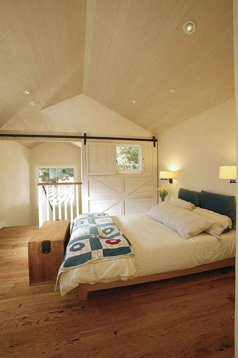 Укромный интерьер спальни, наполнен непритязательной красотой, которая манит поудобнее устроиться на кровати и провести так всю зиму.