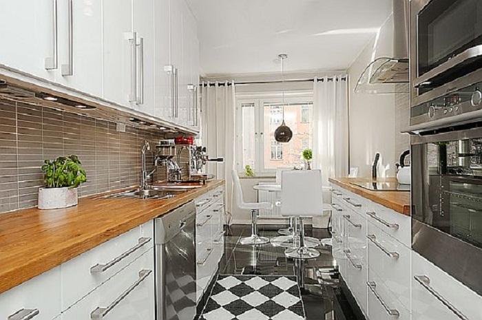 Симпатичная кухня продолговатой формы, что станет просто хорошим решением для декорирования такого плана комнаты.