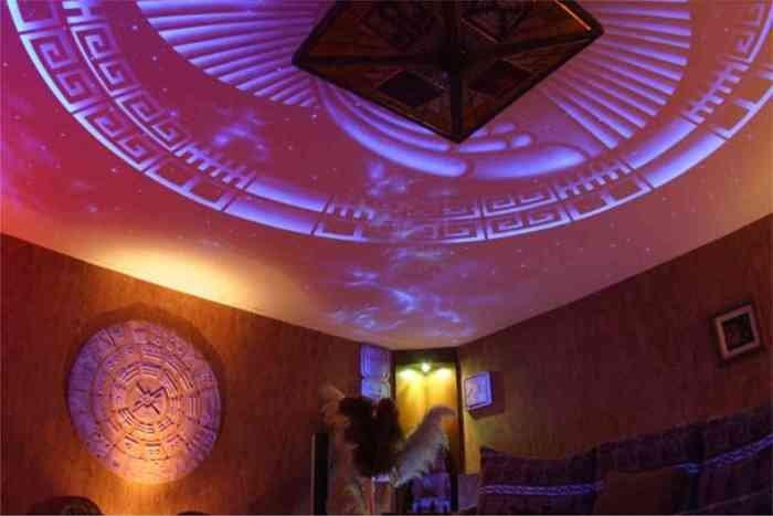 Симпатичный орнамент украсит потолочную зону в комнате.