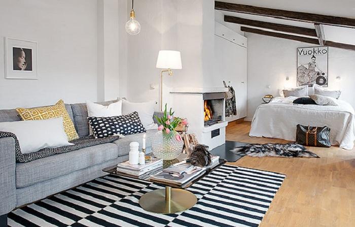 Гостиная оформлена в черно-белой палитре с маленьким журнальным столиком.
