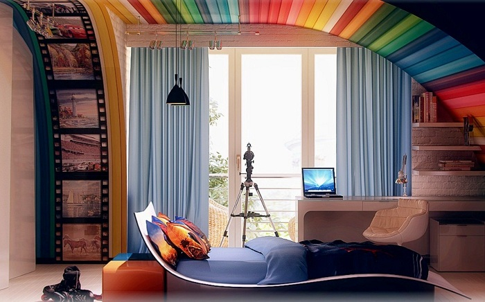 Нестандартная комната в которой радужный потолок плавно переходит в стену.