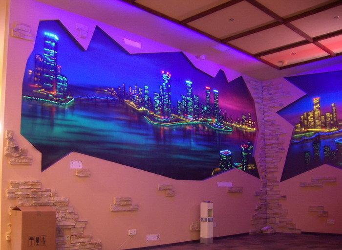Красивый вид на город открывается на одной из стен комнаты.
