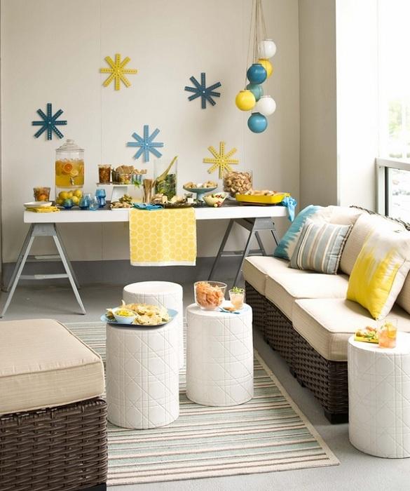 Комната декорирована симпатичными деталями, которые сделали её ярче и уютнее.