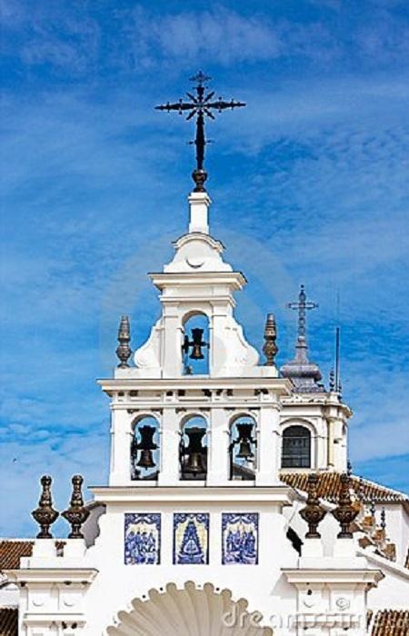 Эль Росио является одним из важнейших центров выражения религиозного поклонения верующими католиками. По преданию, некий пастух нашел здесь изображение Девы в дупле векового дуба. На том месте была возведена часовня.