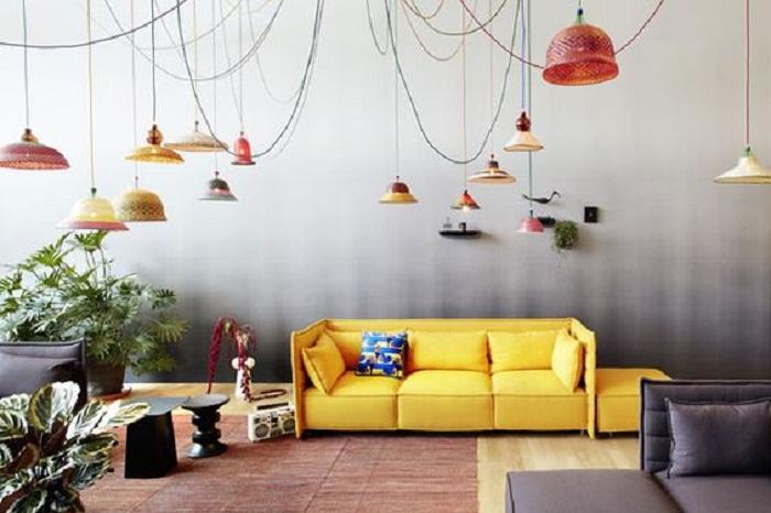 Потрясающий интерьер создан благодаря размещению множества светильников в комнате.