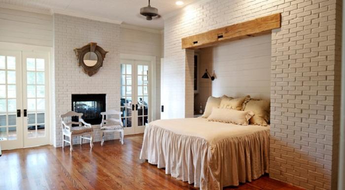 Стены с кирпичной кладкой, одна из возможностей сломать традиционные стереотипы о спальне.