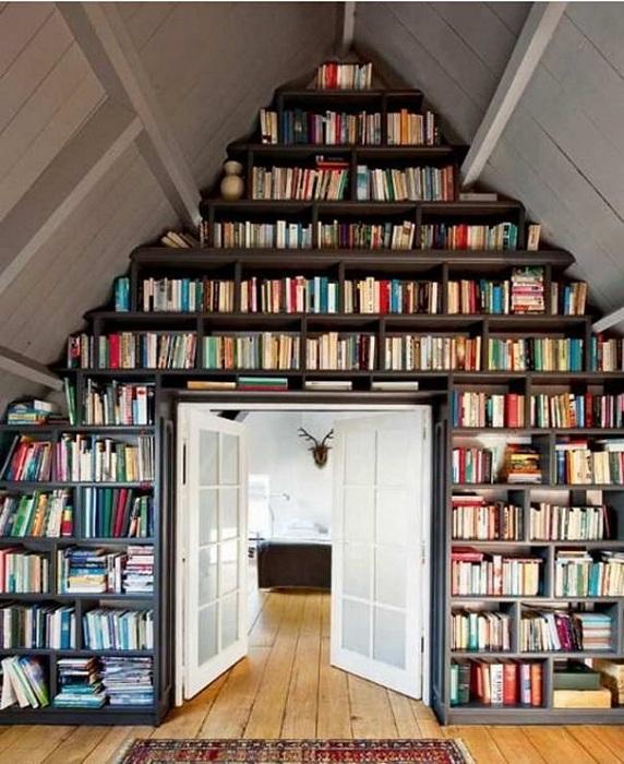 Один из самых лучших вариантов оформление комнаты для чтения под самим чердаком.