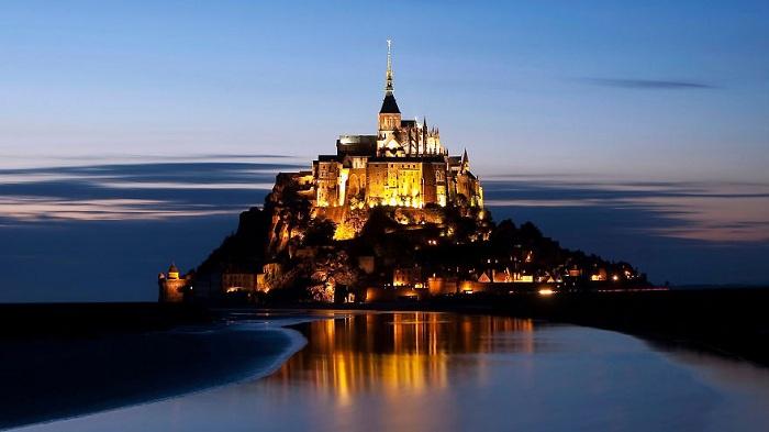 Мон-Сен-Мишель — небольшой скалистый остров, превращённый в остров-крепость, на северо-западном побережье Франции.