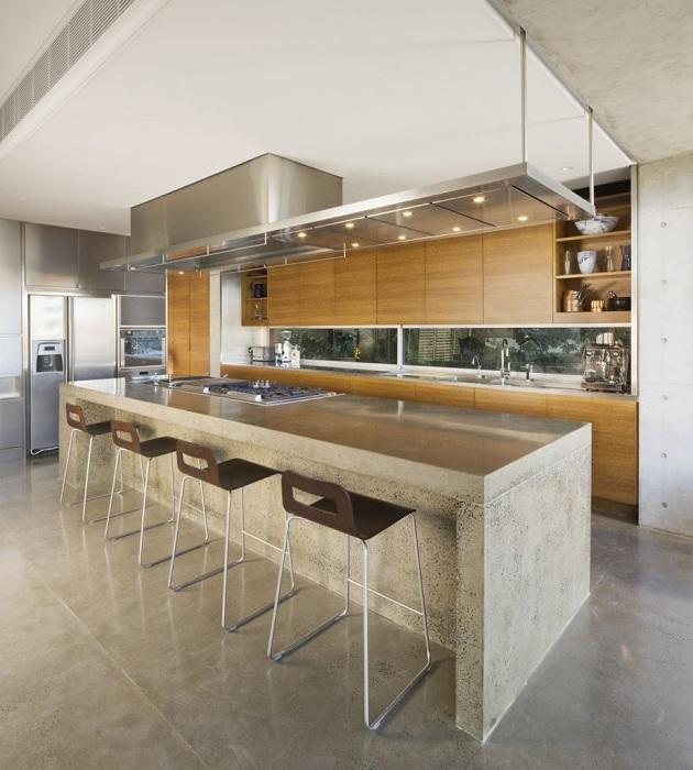 Интересные яркие деревянные детали в оформлении кухни.