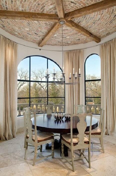 Каменный потолок - нестандартное решение для оформления столовой.