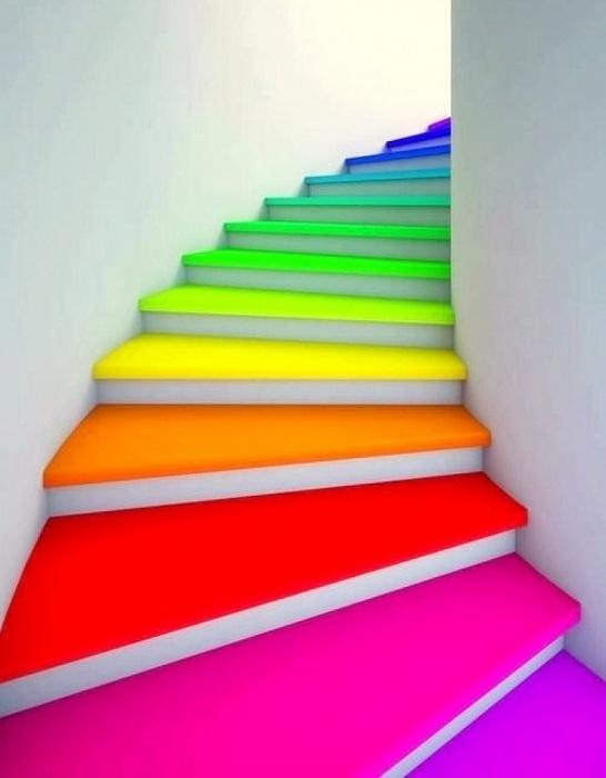 Радужные ступеньки, которые порадуют глаз своими яркими цветами.