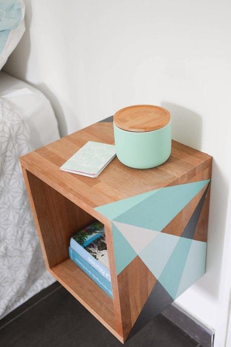 Прекрасное дизайнерское решение - украшение тумбы зеленовато-голубым орнаментом.