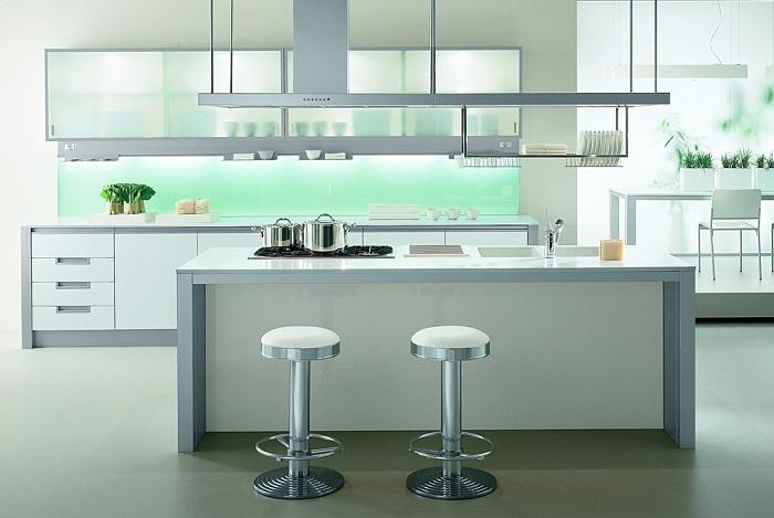 Светлый интерьер кухни с металлическими элементами в мебели.