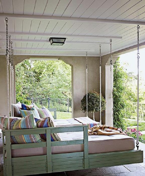 Подвесной диванчик на открытом воздухе - станет не только практичным дополнением к общей обстановке, но и изюминкой этого места.