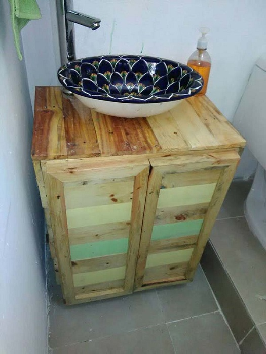 Удобное и креативное решение - красивая раковина и тумба с паллет.