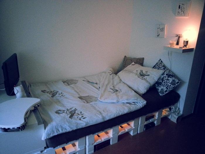 Интерьер крошечной спальной станет просто отменным благодаря кровати из паллет.