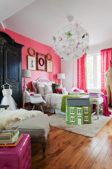 Яркая комната в пестрых тонах с рамками на стене, которые отлично подчеркивают интересную атмосферу в комнате.
