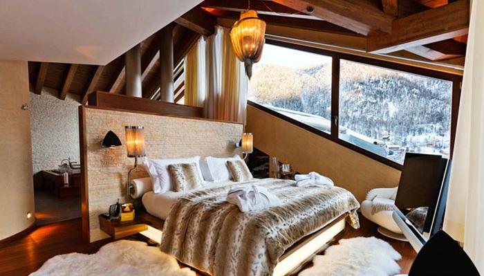 Красивая домашняя обстановка в бежево-коричневых тонах, дополнена просто потрясающим видом на зимний лес.