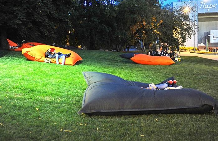 Простые надувные матрацы станут простым вариантом для отдыха на природе, но в тоже время эффективным.